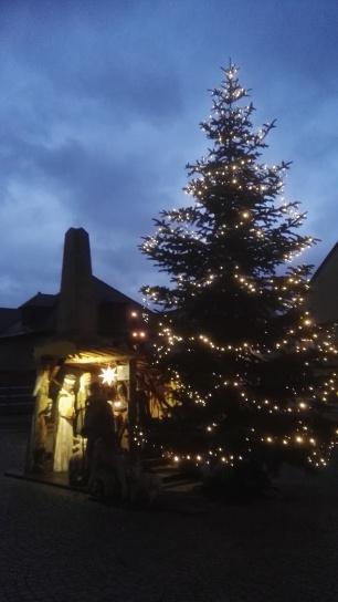 lebensgroße Krippe am Marktplatz mit Christbaum